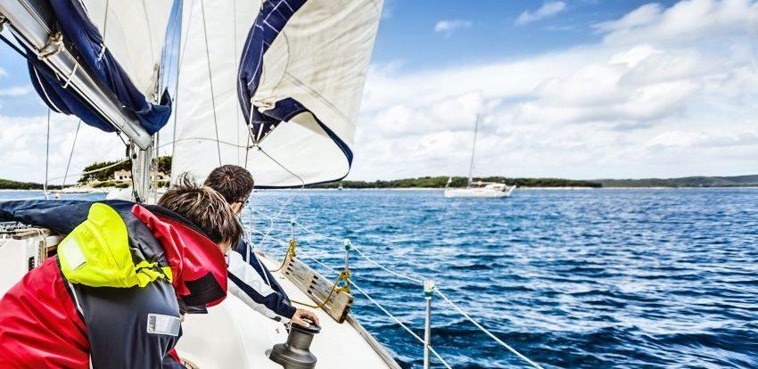 En segelbåt som går för motor ska väja för en seglande båt. Om två seglande båtar möts avgör ofta vindens riktning vilken båt som ska väja.